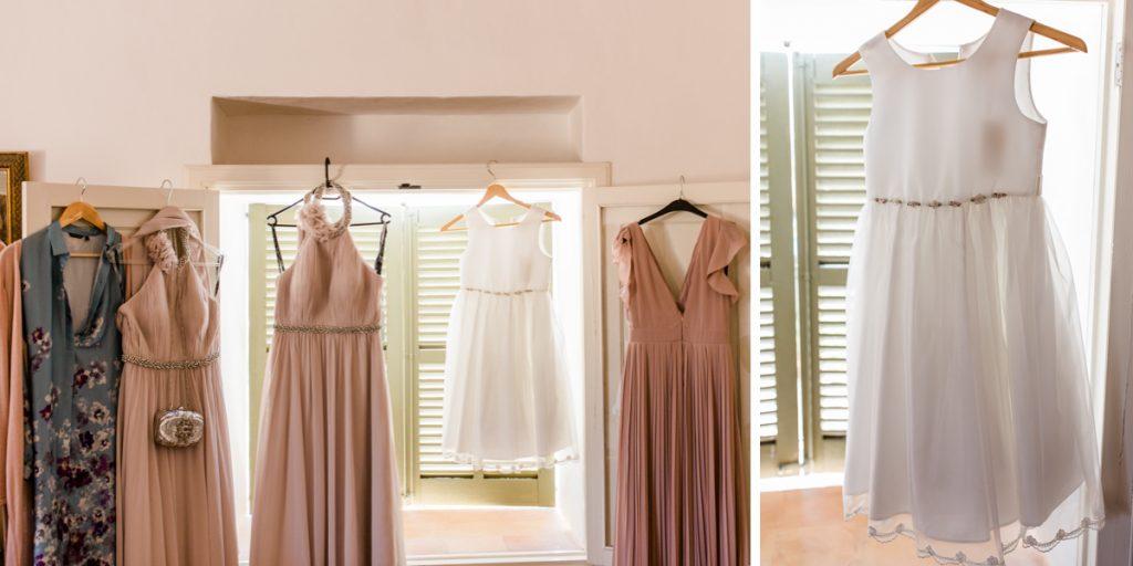 Kleider der Brautjungfer am Fenster der Finca